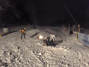 Mitglieder des SWV verschieben den Schnee nach der künstlichen Beschneiung